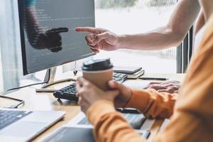 twee professionals die aan code werken