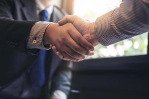 close-up van twee zakenlieden handen schudden