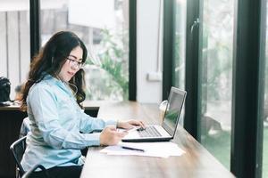 vrouw die op een laptop werkt