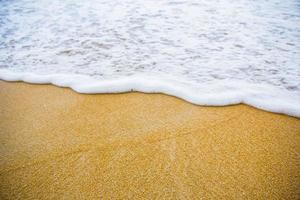 bruin zandstrand kustlijn foto