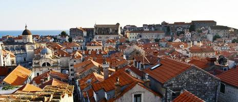 rode daken in een oude stad foto