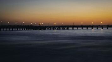zonsondergang brug over de zee