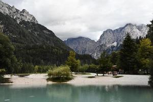 meer en bergen van de Julische Alpen foto
