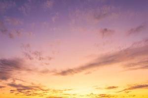 wolken aan een hemel bij zonsondergang foto