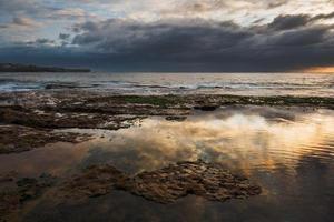 dramatische zonsondergang op het strand van Sydney