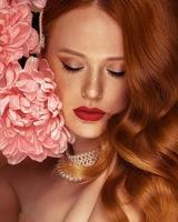 vrouw met rood haar en bloem
