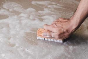 het schoonmaken van de tegelvloer foto
