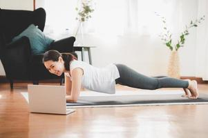 vrouw doet plank foto