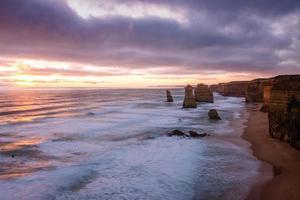 bruine rotsformatie in de zee foto