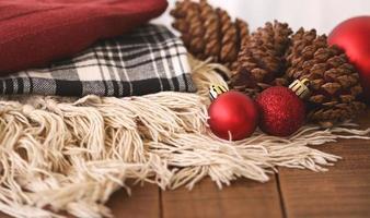 dekens met rode kerstballen en dennenappels