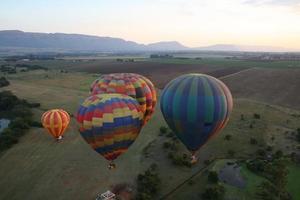 heteluchtballonnen bij het opstijgen