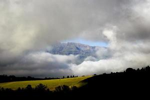bergtop blootgesteld door wolken