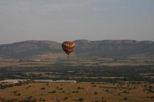 kleurrijke hete luchtballon in de bergen