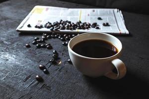 kopje koffie en koffiebonen foto