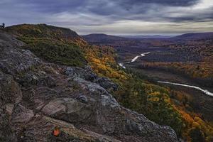 rivier stroomt door vallei bij zonsondergang foto