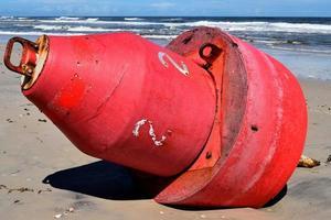 boei aangespoeld op het strand foto