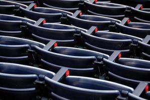 lege stoelen in een stadion