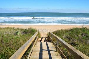loopbrug die naar het strand leidt