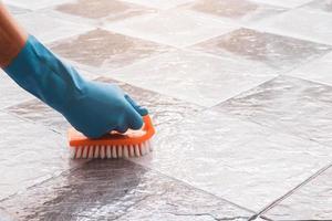 close-up van een persoon die tegel schoonmaken foto