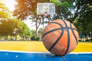 oude basketbal op een basketbalveld