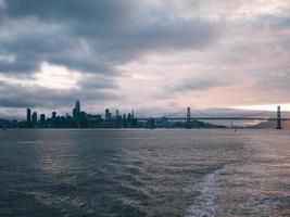 san francisco skyline vanaf de baai veerboot foto