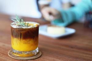 oranje koffiecocktail op houten tafel in café