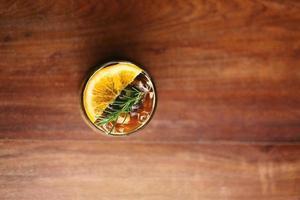 bovenaanzicht van koffiecocktail op houten tafelblad