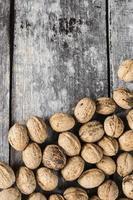 walnoten op houten achtergrond foto