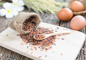 jasmijn bruine rijst op lepel foto