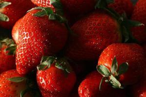 verse aardbeien opgestapeld foto