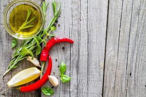 selectie van kruiden en specerijen, rustieke houten achtergrond foto