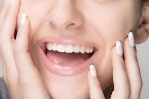 gezonde mond. schoonheid glimlach. Franse manicure foto