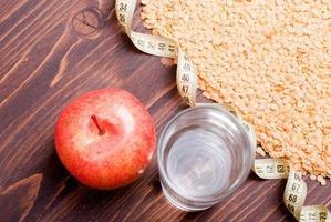 rauwe linzen aan boord van dieetvoeding