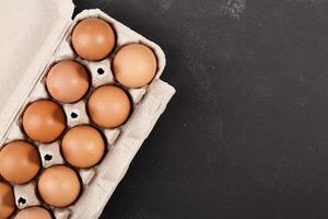 eieren op donker bord foto