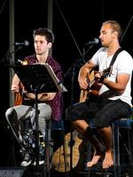 twee muzikanten gitaar spelen op een podium foto