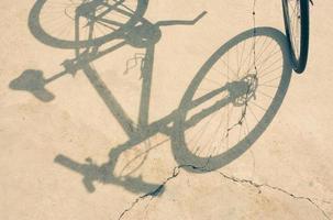 fietswiel en schaduw foto