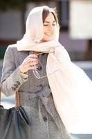 meisje in een jas op straat