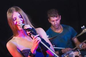 man en vrouw spelen en zingen rockmuziek foto