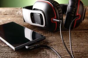 kleine koptelefoon met mobiele telefoon