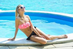 mooie jonge vrouw zonnebaden foto