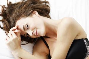 vrouw liggend op haar bed foto