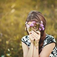 jong mooi meisje buiten portret. verscheidenheid aan emoties. foto