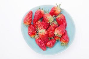 verse aardbeien in kom geïsoleerd op een witte achtergrond foto