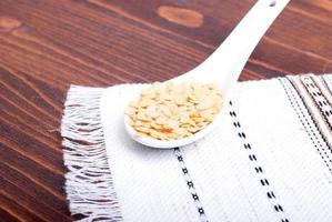 rauwe linzen aan boord van dieetvoeding foto