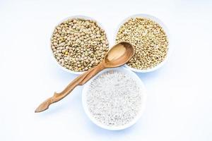 granen rijst, linzen, tarwe en houten lepel foto