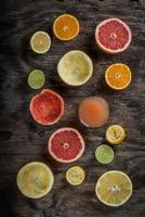 gesneden citrus met sap foto