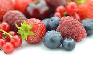 zacht fruit aardbeien frambozen kersen bosbessen krenten geïsoleerd op wit foto