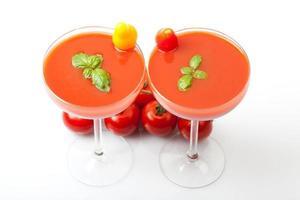 smoothies gemaakt van tomatensap, met basilicum