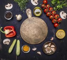 snijplank, rondom liggen ingrediënten diverse groenten fruitstop uitzicht