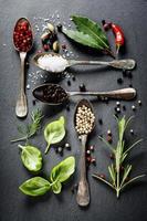 selectie van kruiden en specerijen foto